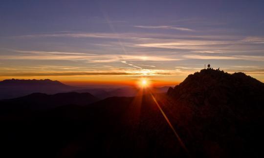 Pozdrav Slunci – ranní nádech pod Chopkem
